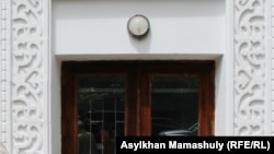У здания Академии наук в Алматы.