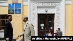 У входа в Институт математики и математического моделирования. Слева — Дорбитхан Сураган, научный сотрудник института. Алматы, 1 июня 2015 года.