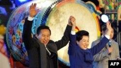 لی ميونگ باک به همراه همسرش در جشن پیروزی در انتخابات روز چهارشنبه.