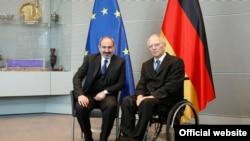 Премьер-министр Армении Никол Пашинян (слева) и председатель Бундестага Германии Вольфганг Шойбле, Берлин, 1 февраля 2019 г.