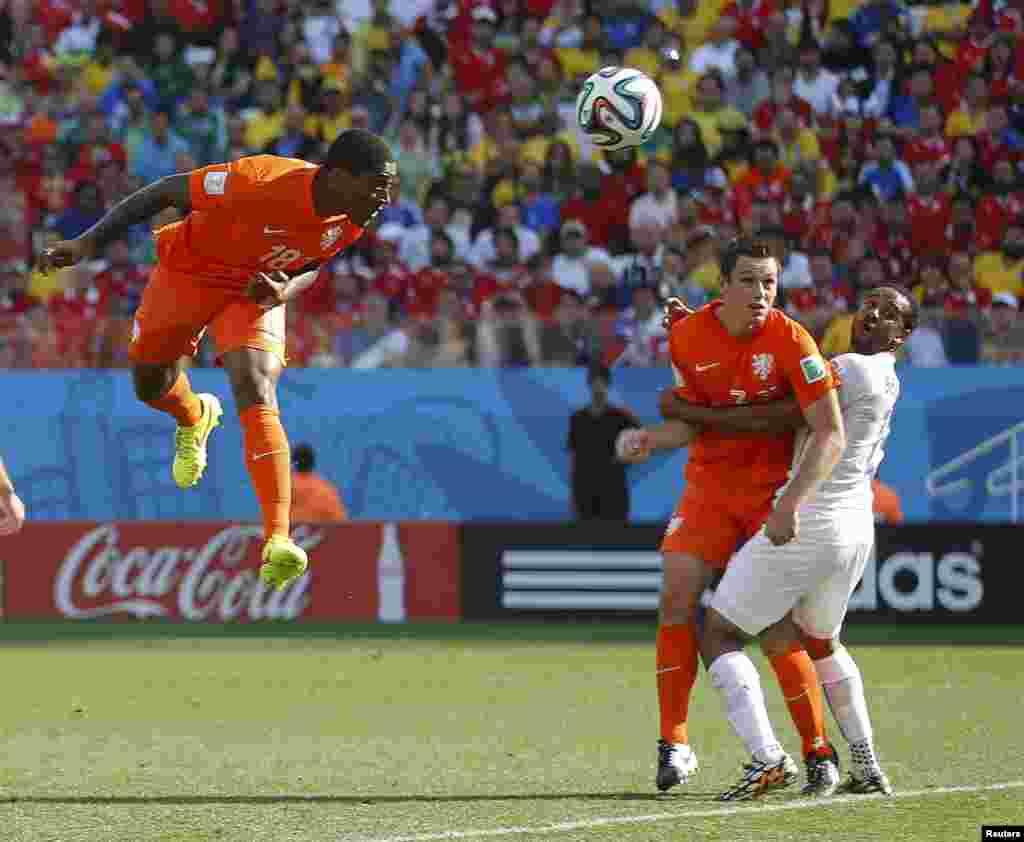 Екінші таймда ойынға жаңадан қосылған Голландия құрамасының мүшесі Лерой Фер (сол жақта) Чили қақпасына алғашқы допты баспен соғып кіргізді.