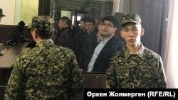 Қуандық Бишімбаев (ортада) Астанадағы сотта. Астана, 7 қараша 2017 жыл.