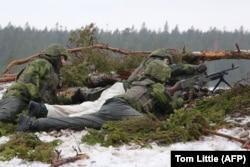 Шведські вояки на полігоні на острові Ґотланд в Балтійському морі. Лютий 2019 року