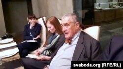 Чэскі палітык Карэл Шварцэнбэрг на сустрэчы са сваякамі асуджаных да сьмяротнага пакараньня беларусаў