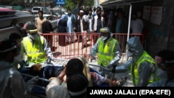 Жінку привезли в лікарню швидкої допомоги у Кабулі через поранення після нападу на пологовий будинок «Лікарів без кордонів» Афганістан, 12 травня 2020 року