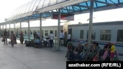 Aşgabat, demirýol menzili. 17-nji iýun, 2013.