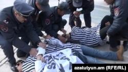 Ոստիկանները բերման են ենթարկում «Հայ կանանց ճակատ»-ի անդամներին, 21-ը մարտի, 2016թ.
