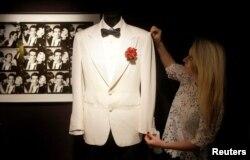 Costumul de seară al lui James Bond, purtat de Daniel Craig, vândut la licitație la Londra, decembrie 2017