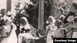 Архивное фото: дети в гостях у митрополита Андрея Шептицкого