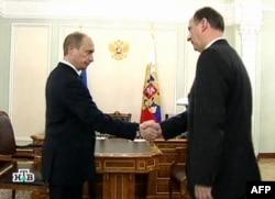 Путин пожимает руку директору ФСБ Патрушеву в день убийства Аслана Масхадова. Март 2005 года