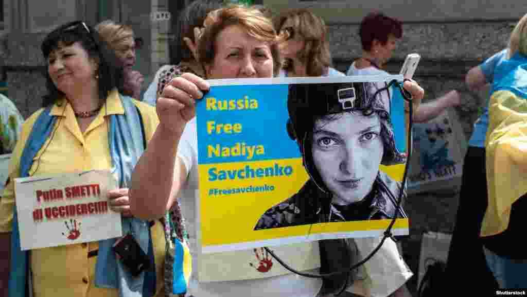 Ресейдің Украинаға қатысты саясатына қарсылық акциясын ұйымдастырушылар Ресей түрмесіне қамалған Украина әскери ұшқышы Надежда Савченконы да еске салуды ұмытпады.