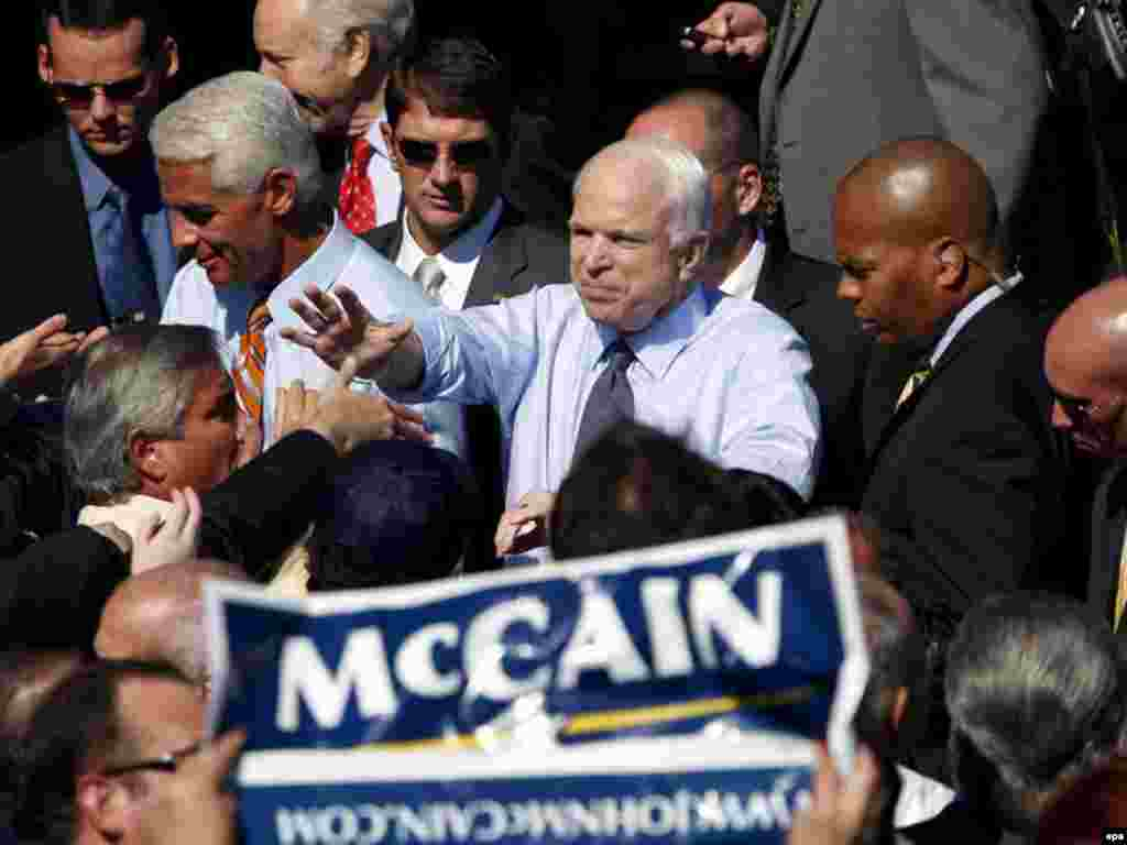 جان مک کین خیلی سریع هم حزبی هایش را راضی کرد؛ به عکس رقیب روزهای آینده اش از حزب دموکرات: باراک اوباما.