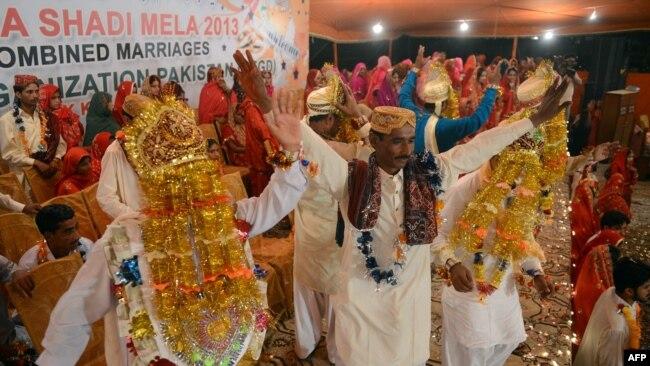 Burrat në një ceremoni dasme në Karaçi.
