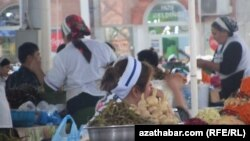 Türkmen bazarlarynda koreý salatlarynyň hyrydary az däl.