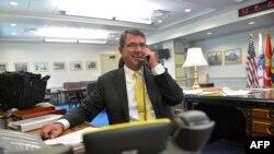 Ashton Carter në zyrën e tij