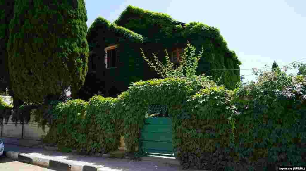Зелений будиночок у Рибачому
