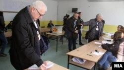 Архивска фотографија - Претставник на краткорочната мисија на ОБСЕ за набљудување на избори во Македонија.