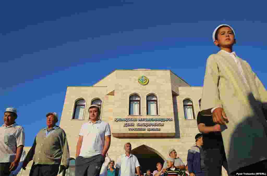 Верующие Туркестана выходят из мечети имени Ходжи Ахмеда Яссауи после айт-намаза.