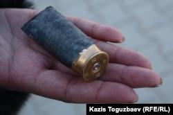 Гильза от гладкоствольного ружья, найденная на площади после столкновений. Жанаозен, 19 декабря 2011 года.