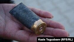 Стреляная гильза от гладкоствольного ружья. Город Жанаозен Мангистауской области, 19 декабря 2011 года
