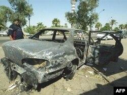Kiégett autó az amerikai követségi konvojt védő Blackwater-zsoldosok bagdadi támadása után, 2007. szeptember 27-én.