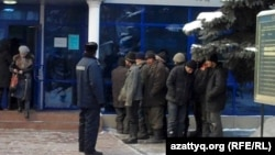 Ұсталған заңсыз мигранттар сот ғимараты алдында тұр. Алматы, 27 қыркүйек 2011 жыл.
