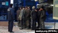 Полиция ұстаған шетелдік мигранттар әкімшілік сот алдында тұр. 27 қаңтар 2011 жыл. (Көрнекі сурет)