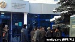 Задержанные полицией трудовые мигранты стоят перед зданием административного суда. Алматы, январь 2011 года.