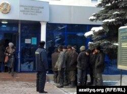 Полиция ұстаған еңбек мигранттары әкімшілік соттың ғимараты алдында тұр. Алматы, қаңтар, 2011 жыл.