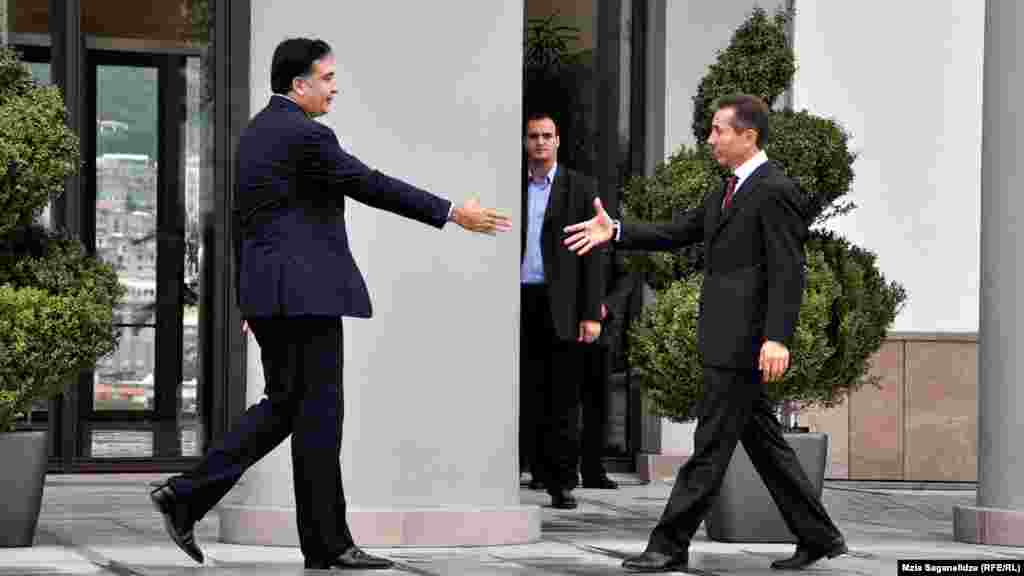 Gürcüstan prezidenti Mikheil Saakashvili (solda) seçkidə qalib gəlmiş müxalifət koalisiyasının rəhbəri, Baş nazir təyin olunacağı gözlənən Bdzina İvanishvili ilə görüşür, Tbilisi, 9 oktyabr 2012