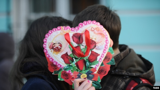 A couple celebrates Valentine's Day in Moscow.