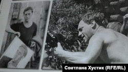 Высоцкий держит свой портрет. Фото из альбома Ромашовых