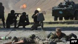 ҰҚШҰ жаттығуына қатысып жүрген қырғыз сарбаздары. Қырғызстан, 1 тамыз 2014 жыл.