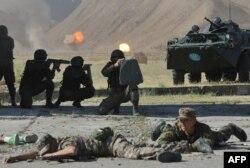Солдаты участвуют в учениях близ Бишкека. 1 августа 2014 года.