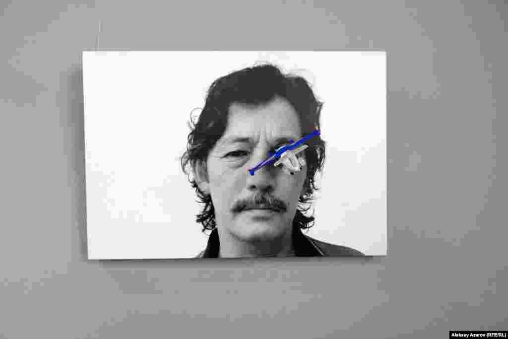 В дальнем углу выставки висит фотопортрет Рашида Нурекеева, на котором в один глаз словно врезалась модель самолета. Как поясняет куратор выставки, этот автопортрет художника – вызов и призыв посмотреть правде в глаза.