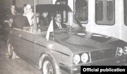 محمدرضا پهلوی و فرح پهلوی در برنامهای تبلیغاتی که محمود خیامی ترتیب داده بود، سوار سوار پیکان کروکی سفارشی شدند