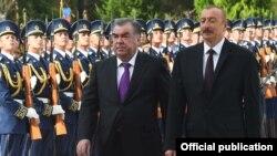 Церемония официальной встречи Эмомали Рахмона возле Дворца Загульбы в Баку, 10 августа 2018 года.