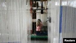 Ujgur radnica u fabrici u Hetianu, Kina