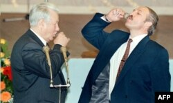 У истоков интеграции. Борис Ельцин и Александр Лукашенко отмечают подписание союзного соглашения 2 апреля 1996 года