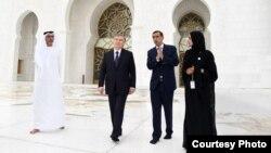 Президент Узбекистана Шавкат Мирзияев посещает мавзолей и мечеть «Вахат аль-Карама» в городе Абу-Даби, 25 марта 2019 года. Фото с сайте пресс-службы президент РУз.