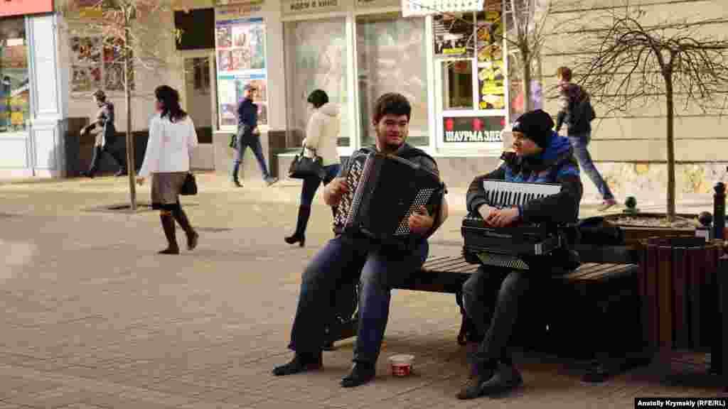 Уличные гармонисты на улице Пушкина