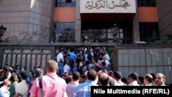 """مصريون أمام """"مجلس الدولة"""""""