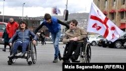 Люди с ограниченными возможностями боятся на коляске пересекать и проезжую часть дороги, зная неуступчивый характер большинства водителей столицы
