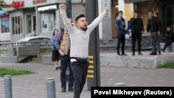 Активист Димаш Альжанов незадолго до задержания полицией. Алматы, 12 июня 2019 года.