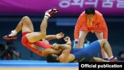 Грек-рим күрөшүнөн 71 кг. салмакта 1/2 финалда Саид Абдевали (Иран) жана Жинг Жихйун (Түштүк Корея) күрөшүүдө. Башкы калыс Ашида Такару (Жапония). 30-сентябрь 2014-ж. Инчхон.