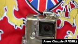 Элемент современной жизни на средневековом ристалище – фотокамера на рыцарских доспехах