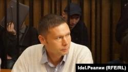 29-летний Станислав Трофимчик (за защитником в камере)