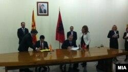 Шефовите на дипломатиите на Македонија и на Албанија, Никола Попоски и Едмонд Хаџинасто.