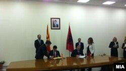 Министерот за надворешни работи Никола Попоски со албанскиот колега Едмонд Хаџинасто при посетата на Тирана
