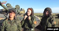 Світлана Дрюк (ліворуч) із танковим екіпажем на службі «ДНР»